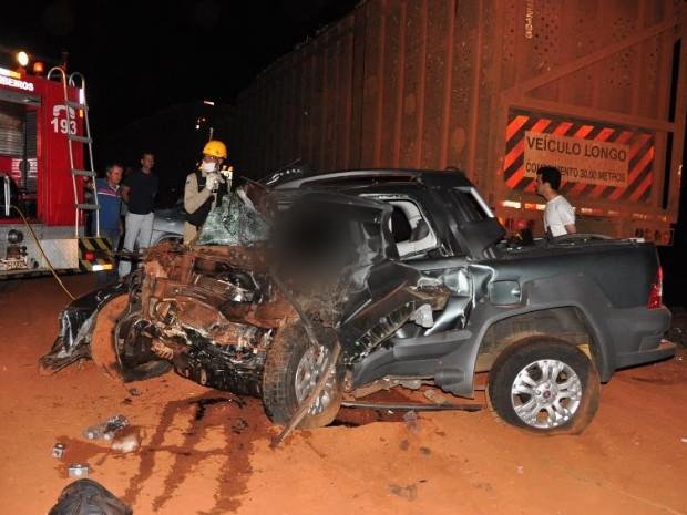 Três homens morrem em colisão entre carros e carreta em rodovia de MS (Foto: Márcio Rogério/Nova News)