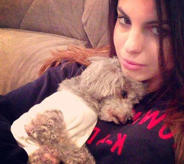 Sthefany Brito com seu cachorrinho: ele também sentiu frio (Foto: Reprodução/Instagram)