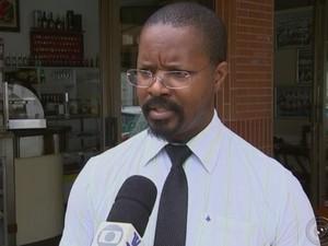 Garçom Everaldo Alves reclama: 'Cachorros vão furar os sacos' (Foto: Reprodução/ TV TEM)