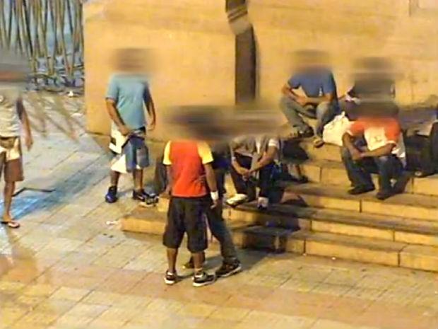 Traficantes e usuários de drogas agem à luz do dia em Sorocaba (Foto: Reprodução/TV TEM)