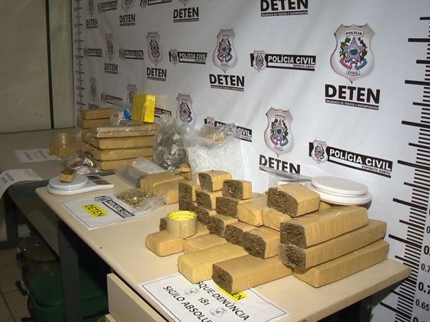 Drogas também foram encontradas durante a operação (Foto: Reprodução/ TV Gazeta)