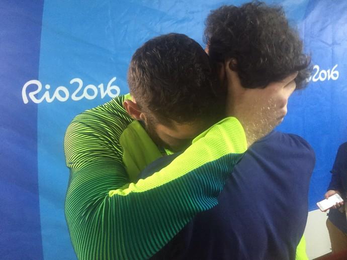 Alison e Emanueal abraço (Foto: Cahê Mota / GloboEsporte.com)