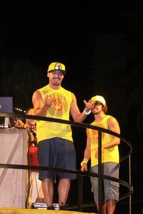 Yuri, ex-BBB, e Caio Castro em Salvador (Foto: Fabio Martins e Gabriel Rangel/AgNews)