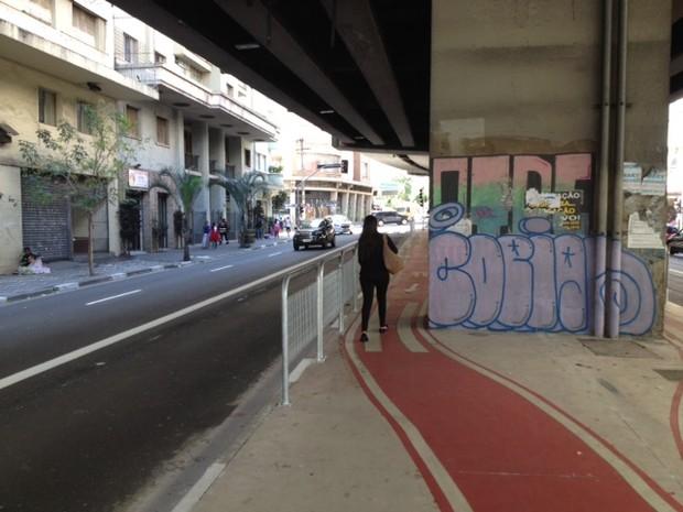 Pedestres caminham pela ciclovia do Minhocão (Foto: Márcio Pinho/G1)