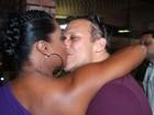 Adriana Bombom ganha mão boba do noivo em festa no Rio