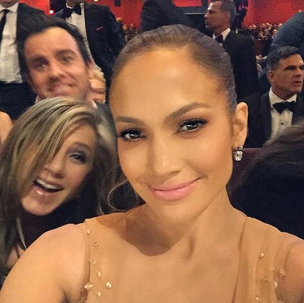 Jennifer Aniston ficou radiante em poder participar desse selfie de J-Lo no Oscar (Foto: Instagram)