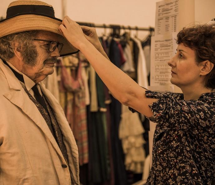 A figurinista Thanara Schönardie faz os últimos ajustes no chapéu de Jacinto, papel de Tarcísio Meira (Foto: Caiuá Franco/ Globo)