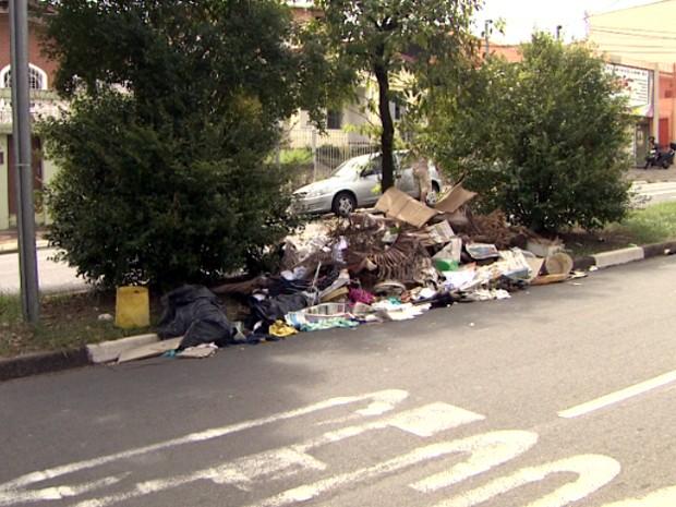 Entulho deixado em avenida de Campinas, no Jardim Proença (Foto: Reprodução / EPTV)