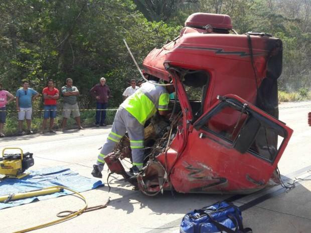 Motorista ficou chegou a ficar preso às ferragens, mas foi resgatado (Foto: Divulgação/PRF-MT)