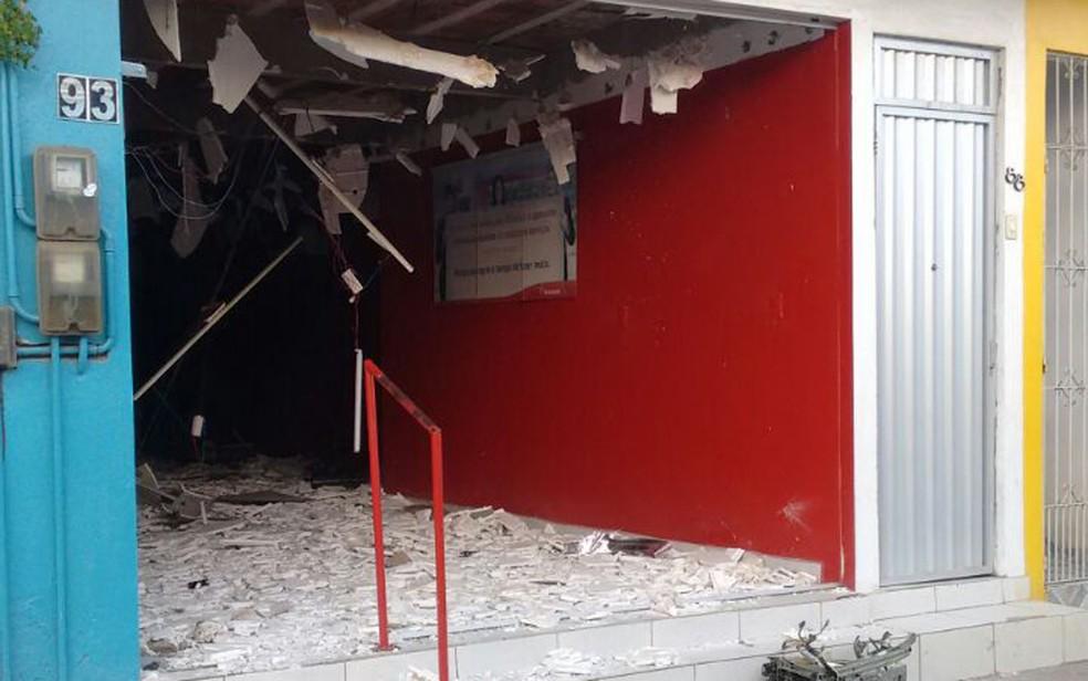 Bandidos explodiram caixa eletrônico de posto bancário de Itaquitinga, na madrugada deste sábado (3) (Foto: Reprodução/WhatsApp)