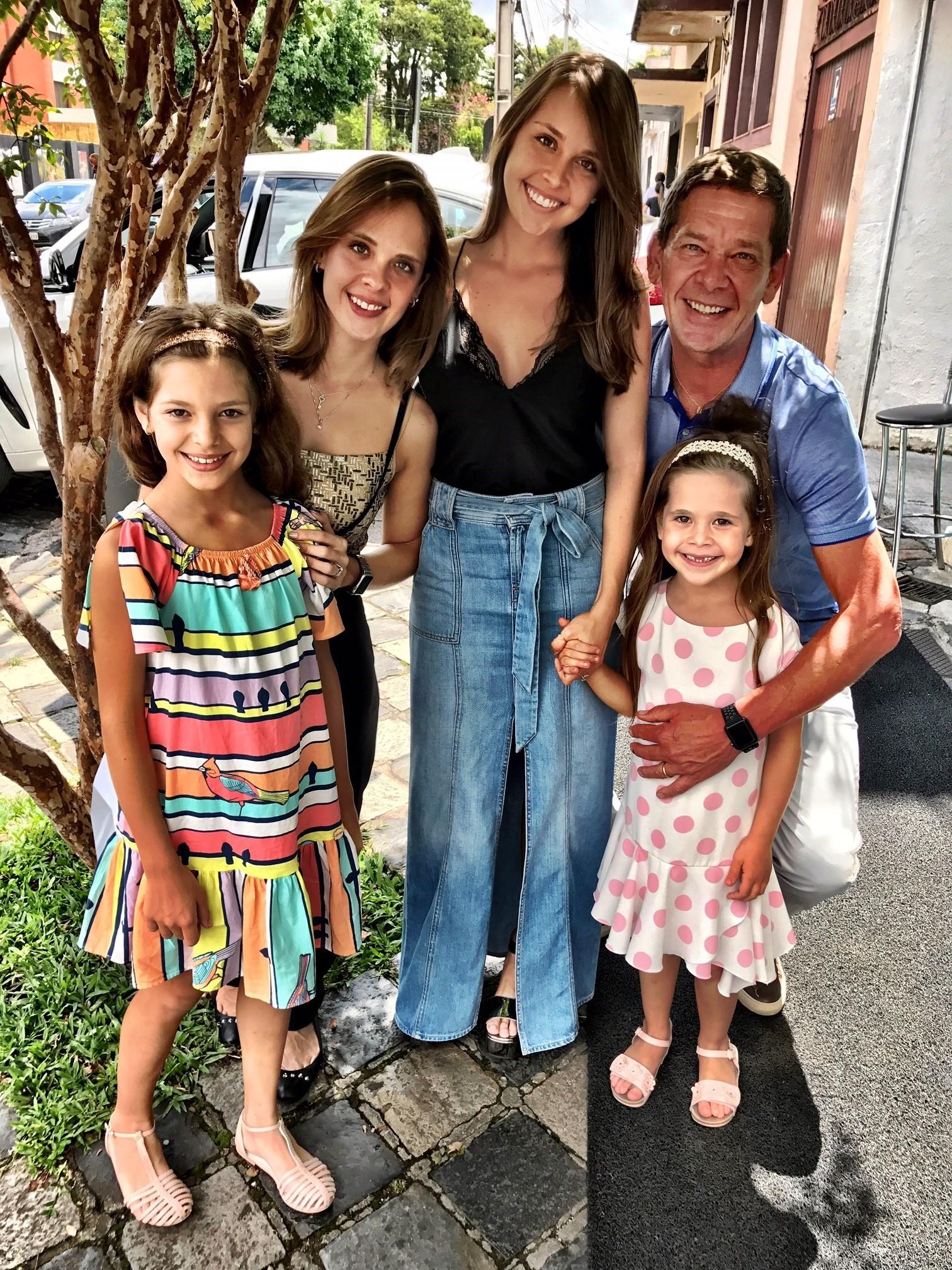 Junior Durski com as quatro filhas (Foto: Divulgação)