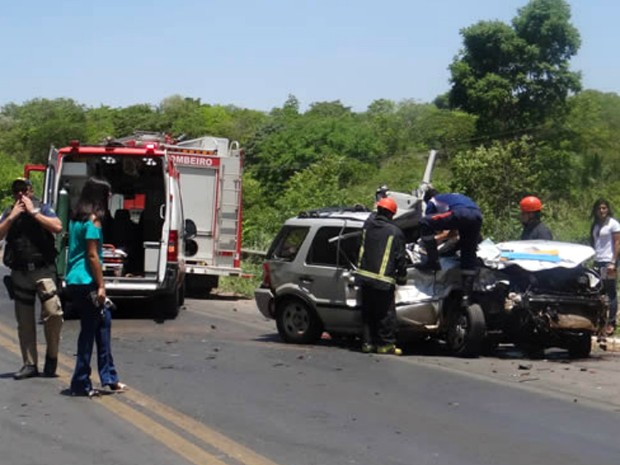 PRF interditou a rodovia por uma hora, para o Corpo de Bombeiros e o Samu fazerem o atendimento à vítima (Foto: Fernandez Fernandes/Blog do Sigi Vilares)