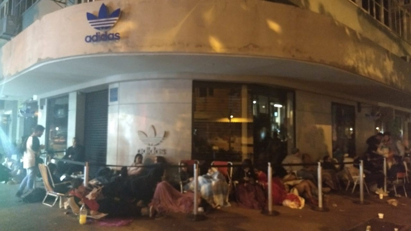 479ae366b Jovens  acampam  em porta de loja em Ipanema para comprar tênis de R ...