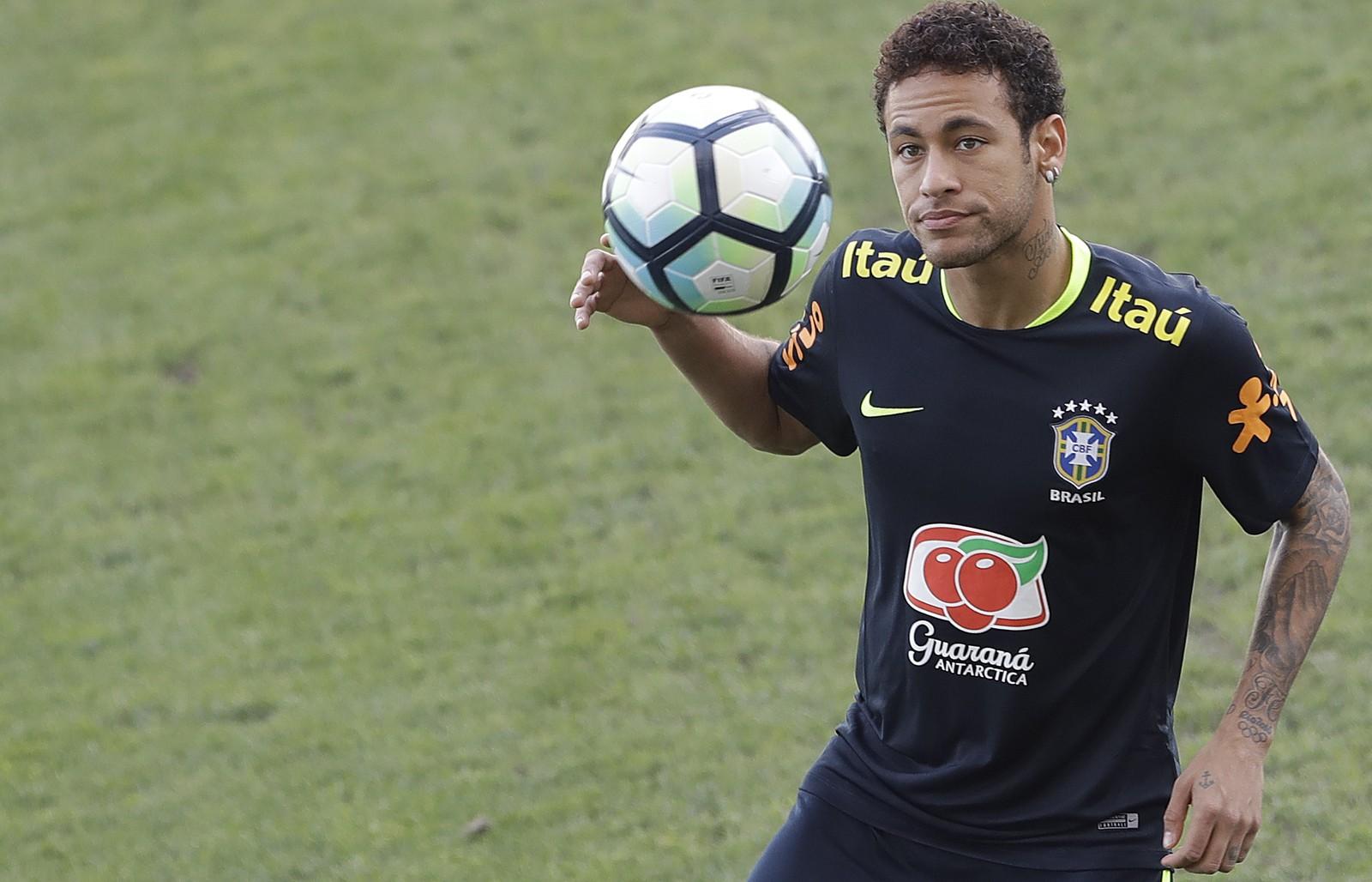 Sete meses depois de abrir mão da faixa, Neymar volta a ser capitão da Seleção