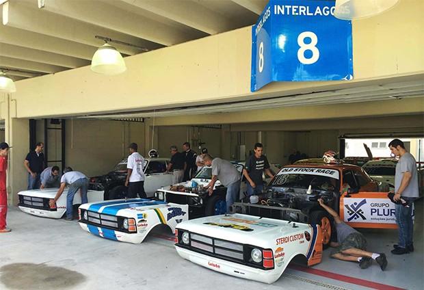 Os Old Stock em preparativos nos boxes em Interlagos. Essa carenagem é o diferencial da Stock do início da categoria (Foto: Divulgação/Andre Lemes)