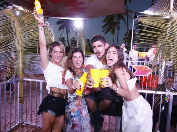Giovanna Ewbank, Fernanda Paes Leme, Caio Castro e Maria Casadevall em festa em festa em Porto de Galinhas, Pernambuco (Foto: Felipe Panfili/ Ag. News)
