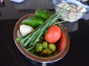 Cebola, tomate, cebolinha, cheiro verde e pimentinha de cheiro dão um sabor especial à receita (Foto: Emily Costa/ G1 RR)
