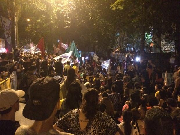 Manifestantes apóiam estudantes que ocupam colégio em Pinheiros (Foto: Carolina Dantas/G1)