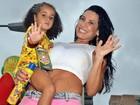 Com a filha, Scheila Carvalho exibe corpão em bloco de Carla Perez