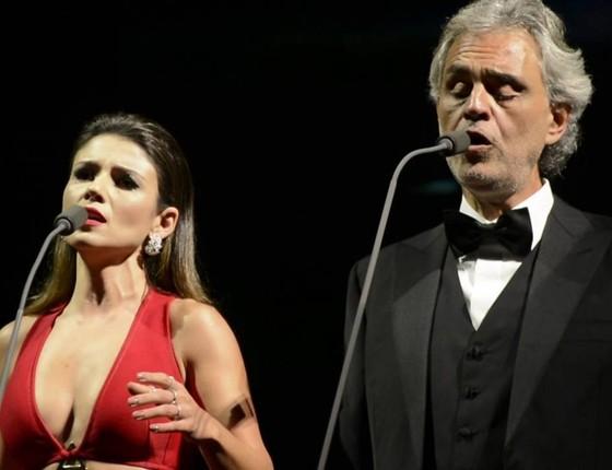 Paula Fernandes e Andrea Bocelli durante a apresentação que deu o que falar na internet (Foto: Divulgação)