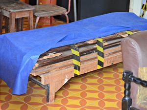 Com a enchente, diversos móveis se deterioraram, como este guarda-roupa (Foto: Caio Fulgêncio/G1)