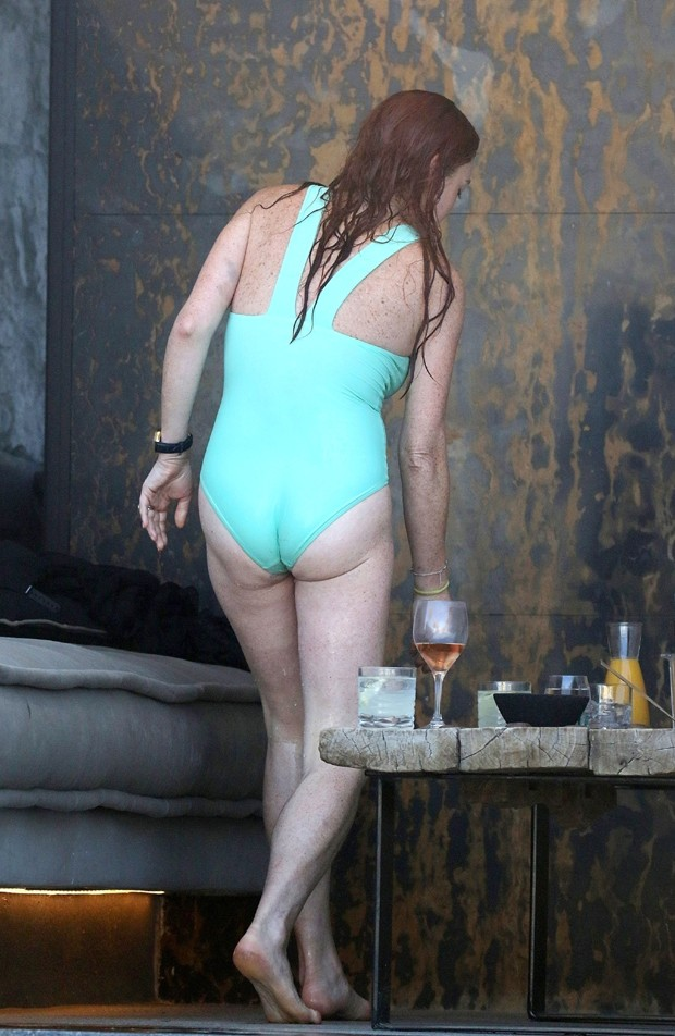 AK_933254 - *EXCLUSIVO* Mykonos, GRÉCIA  - *EXCLUSIVE* Lindsay Lohan hit the pool for some fun in the sun along with a couple friends while vacationing in Mykonos and did not seem upset having missed her brothers wedding over the weekend. The actress wore (Foto: AKM-GSI)