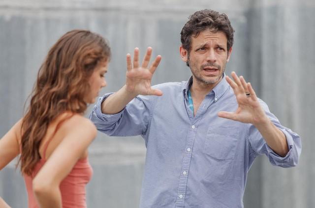 Daniel Burman dirige Laura Neiva em 'Supermax' (Foto: Artur Meninea/ TV Globo)