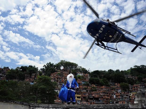 Papai Noel desce de helicóptero no Morro dos Macacos, em Vila Isabel (Foto: Divulgação / Polícia Militar)
