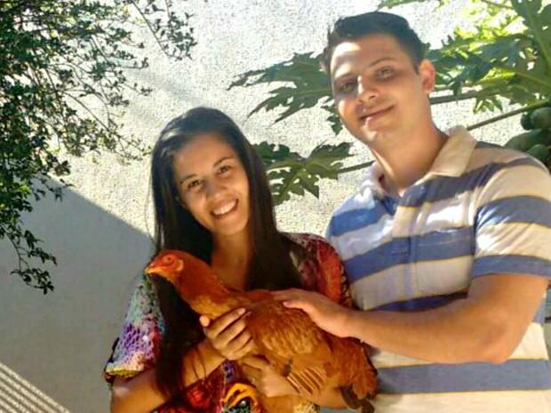Galinha escapou de atropelamento e é criada livre no quintal da casa (Foto: Maíra Prado/Arquivo pessoal)