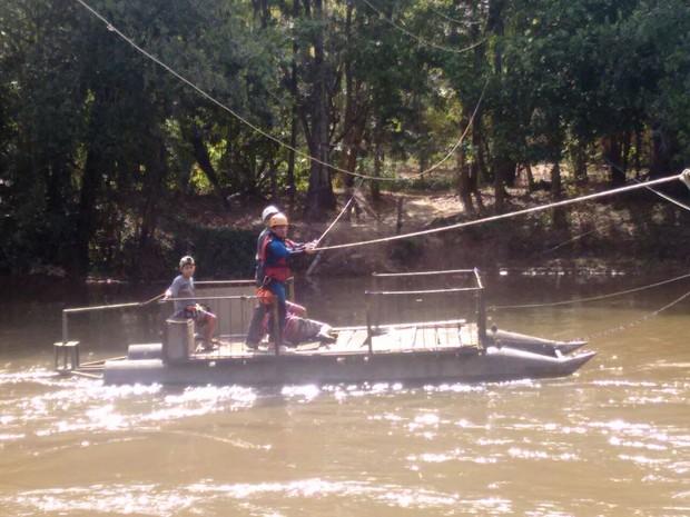 Pai e filho tiveram que ser resgatados pelo Corpo de Bombeiros no Rio Verde, em Varginha (Foto: Corpo de Bombeiros)