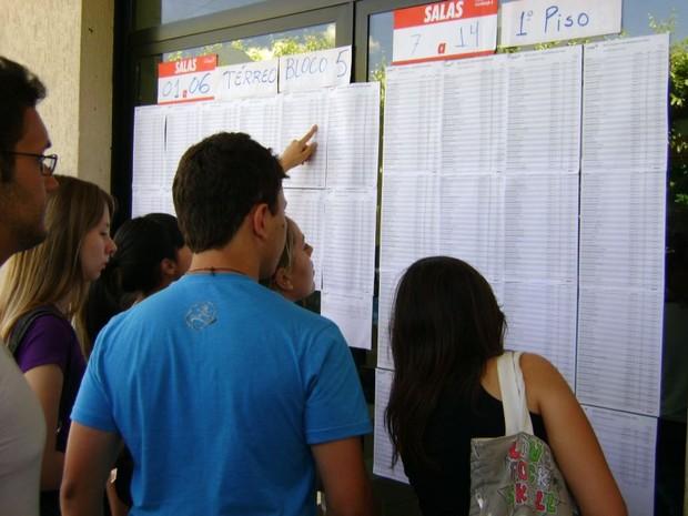 Vestibulando conferem os locais de prova na Ite em Bauru (Foto: Alan Schneider/G1)
