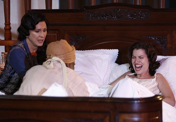 Anastácia recebe ajuda da mãe e da mucama ao dar à luz a Candinho (Foto: Inácio Moraes/Gshow)