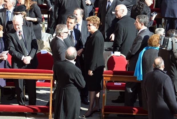 A presidente Dilma Rousseff toma assento nesta terça-feira (19) para assistir à missa inaugural do Papa Francisco, no Vaticano. Na véspera, Dilma disse que quer conversar com o pontífice sobre a pobreza (Foto: AFP)