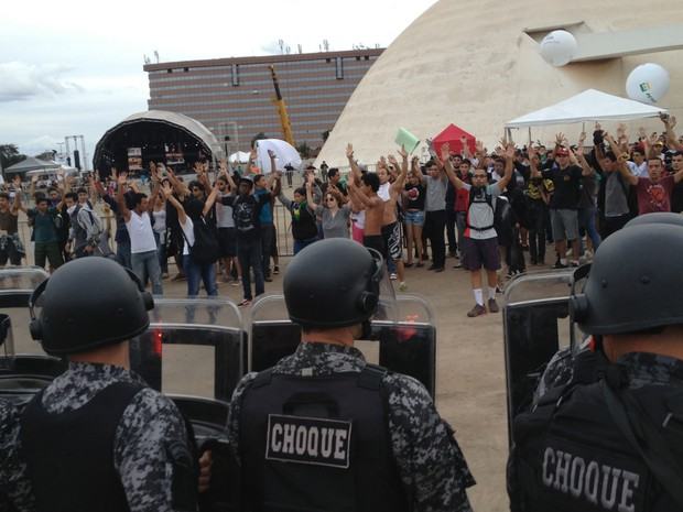 """Momentos antes de a polícia usar jatos d'água, manifestantes ao lado do Museu da República gritavam """"sem violência"""". Batalhão de Choque avançaram reagiu com bombas de efeito moral e de gás lacrimogêneo (Foto: Felipe Néri/G1)"""
