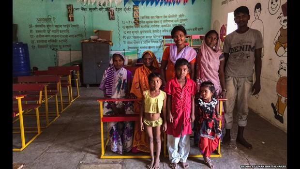 """""""O conselho do vilarejo trouxe nossa família para cá para limpar os banheiros secos, os banheiros com água e os locais onde se defeca ao ar livre. Eu recolho todo o excremento e jogo em outro lugar. Na verdade, nós queremos ir pra casa. Não gostamos daqui"""", diz Rajubai, na foto (Foto: Digvijay Singh/BBC)"""