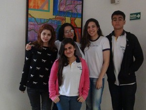 Professora Márcia Malafia e seus alunos concordam que a internet auxilia na hora de estudar. (Foto: Roberta Cólen/G1)