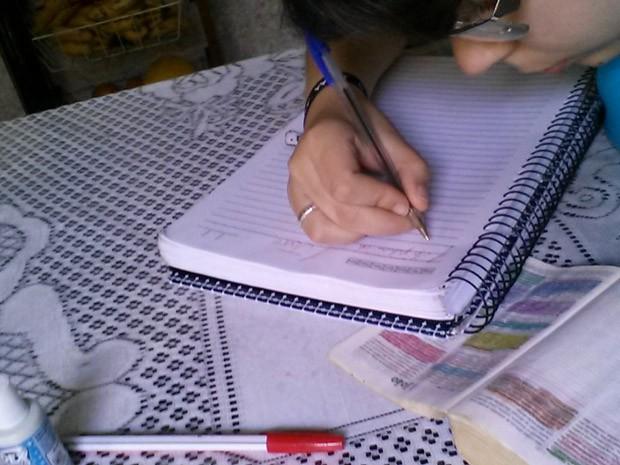 Para ir do Gênesis ao Apocalipse a paulista utilizou 22 canetas, três corretivos e 2.923 páginas de caderno universitário  (Foto: Arquivo recordista)