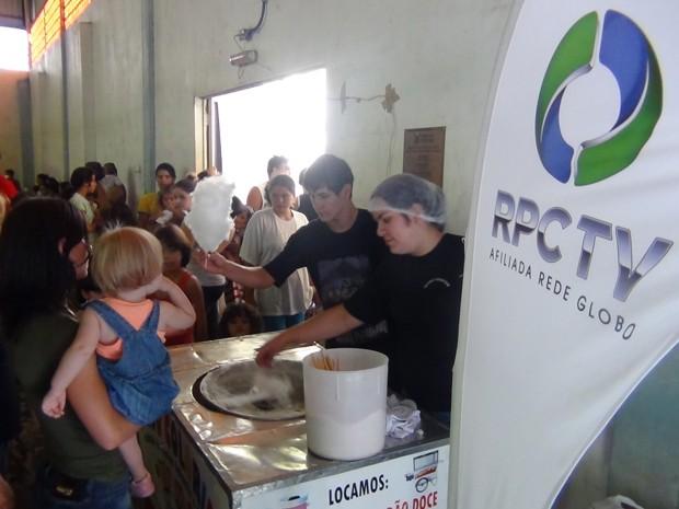 RPC TV distribuiu algodão-doce, pipoca e picolé para as crianças (Foto: Divulgação/RPC TV)