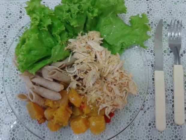 Jantar saudável: macarrão integral, salada de alface, abóbora e frango (Foto: Hélton Goulart/Arquivo pessal)