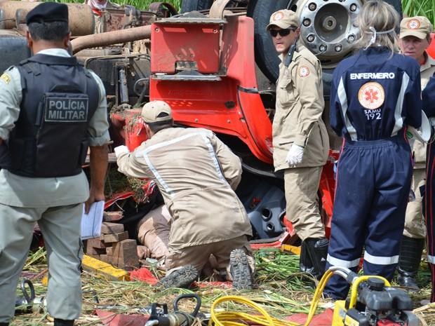 A vítima ficou presa nas ferragens e morreu antes de conseguir se solta e socorrida pela equipe do Serviço de Atendimento Móvel de Urgência (Samu) que já estava no local. (Foto: Walter Paparazzo/G1)