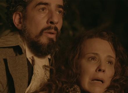 Emília fica presa em incêndio e é salva por cocheiro misterioso