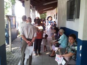 Pacientes com suspeita de dengue fazem fila pra colher sangue no CS do Jardim Florence em Campinas (Foto: Thiago Varella/G1)