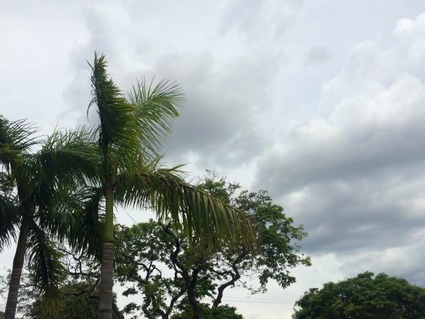 Céu nublado, apesar de calor na tarde desta sexta-feira (4) em Campo Grande (Foto: Isabela Cavalcante/G1 MS)