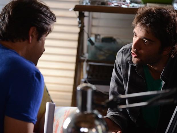 Davi fica transtornado ao saber da história (Foto: Raphael Dias/ TV Globo)