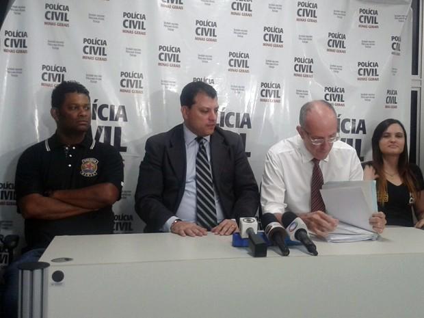 Ao centro, delegado regional Flávio Tadeu Destro e delegado Valdemar Lídio Gomes Pinto (Foto: Daniela Ayres/ G1)