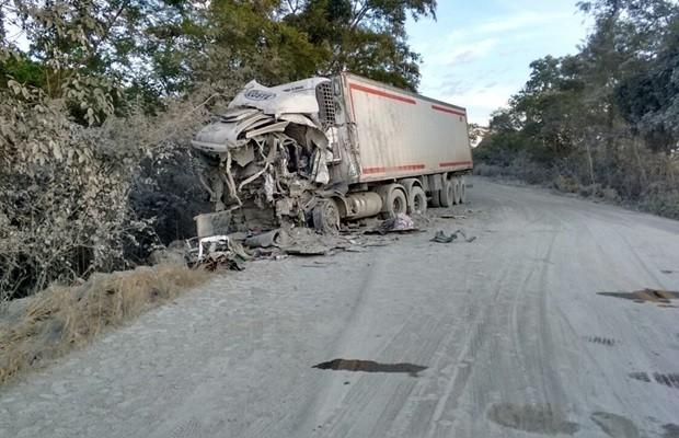Carga de cimento ficou espalhada na pista, que teve de ser bloqueada, em Goiás (Foto: Netto Reis/ TV Anhanguera)