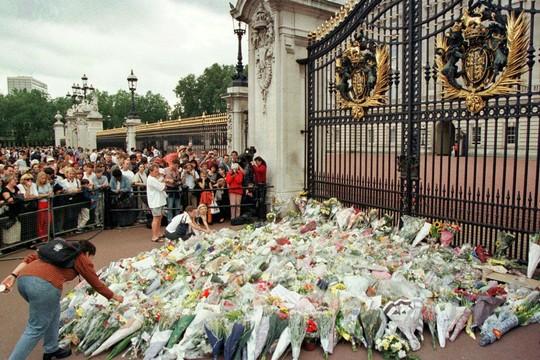 Comoção dos britânicos com a morte da princesa Diana (Foto: Reprodução)