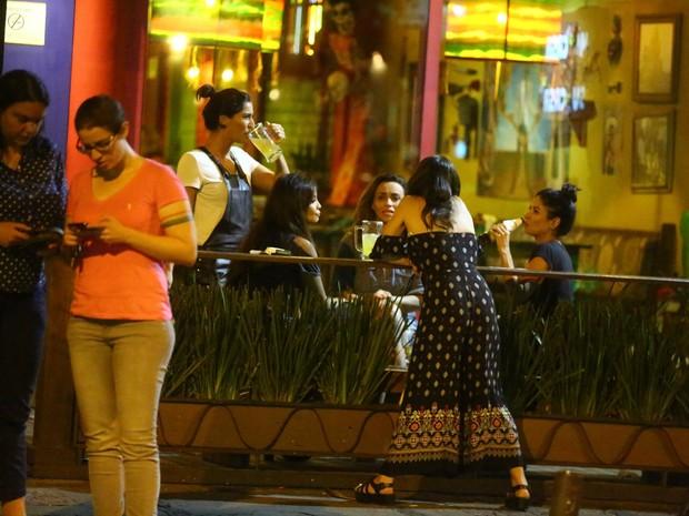 Maria João, Carol Nakamura, Suzana Pires, Giovanna Lancellotti e Anna Lima em restaurante na Zona Oeste do Rio (Foto: Ag. News)