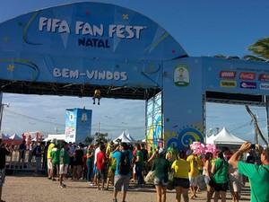 Torcedores chegam cedo para assistir ao jogo do Brasil na Fan Fest, em Natal (Foto: Rafael Barbosa/G1)