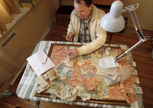 Ele compra notas antigas e passa várias meses criando suas telas (Foto: Vasily Fedosenko/Reuters)